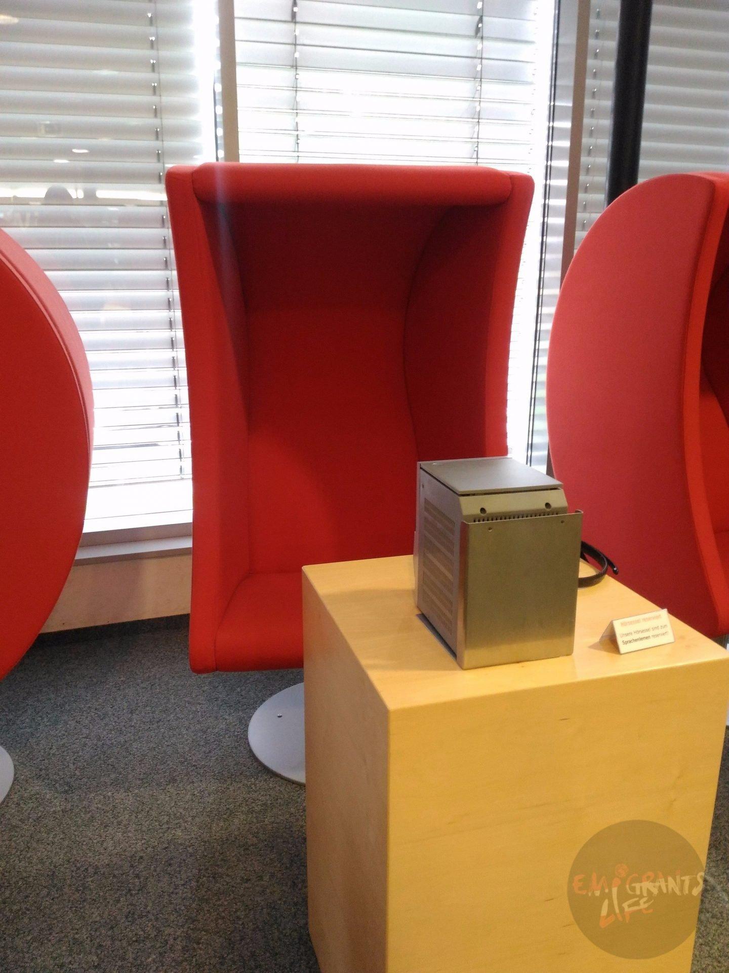 Лингафоны с ретро-футуристичными креслами