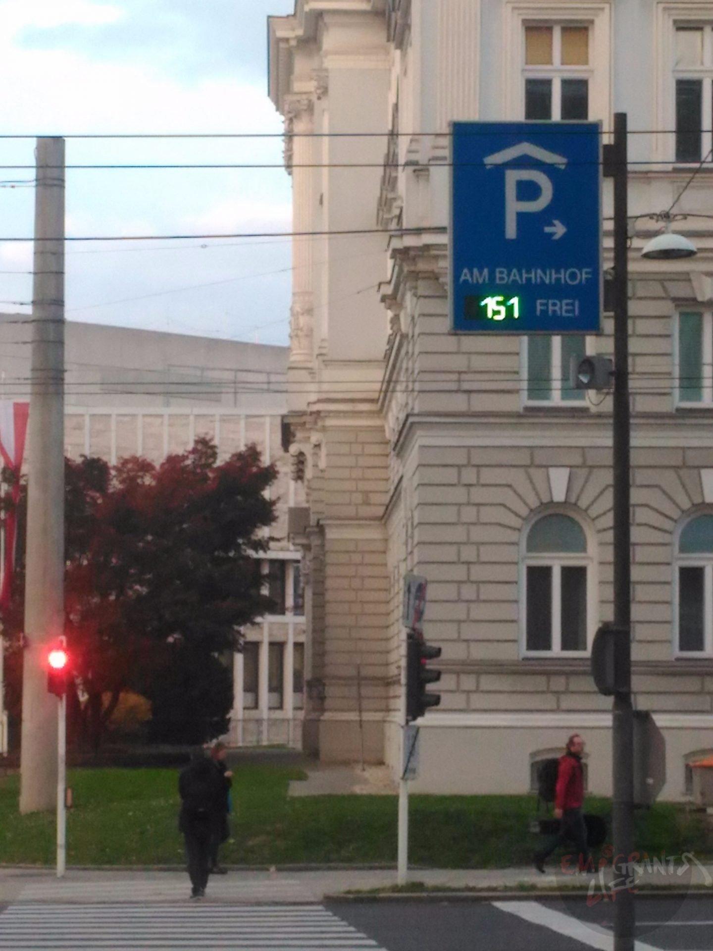 Дорожный указатель направления движения к парковке с указанным числом свободных мест
