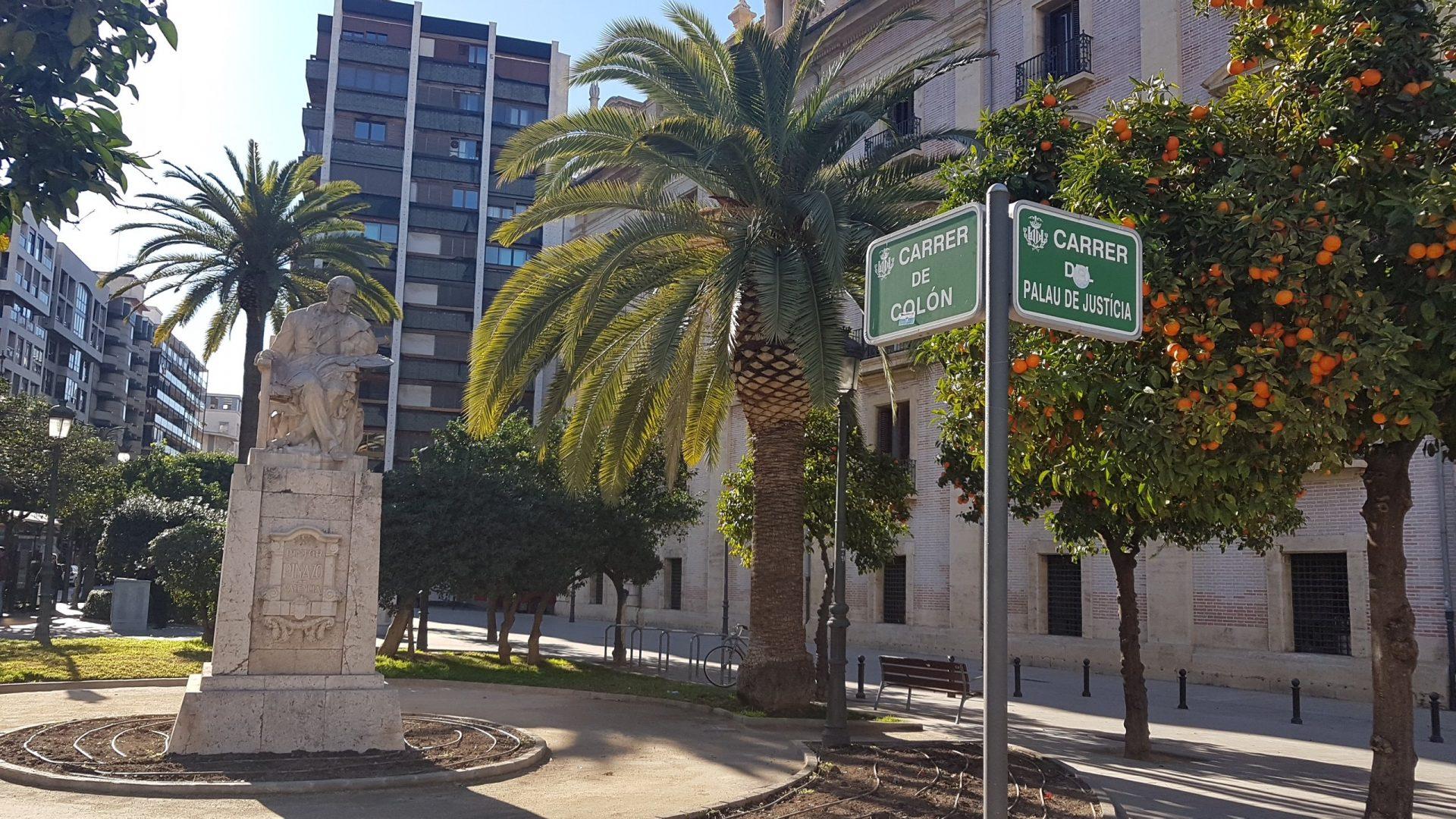 Памятник Игнасио Пиназо Камарленчу, Валенсия, Испания. Январь, 2018