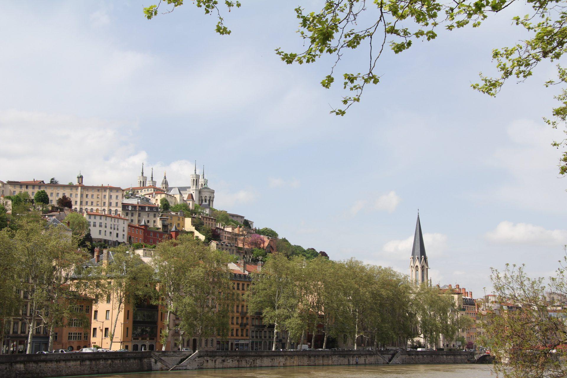 Вид на Базилика Нотр-Дам-де-Фурвьер с набережной реки Сона. Лион, Франция. Май, 2013