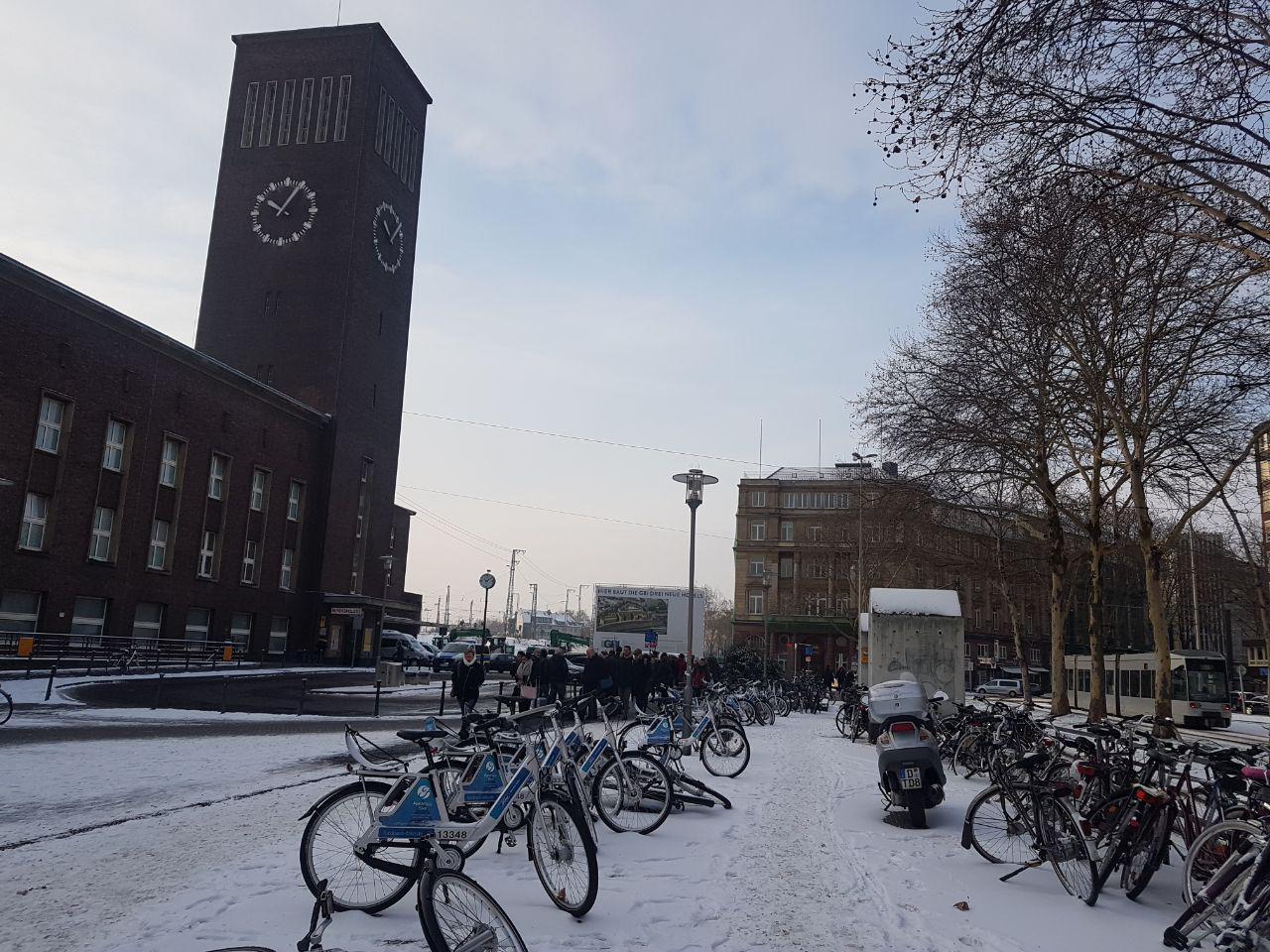 Здание главного железнодорожного вокзала, Дюссельдорф, Германия. Январь, 2019