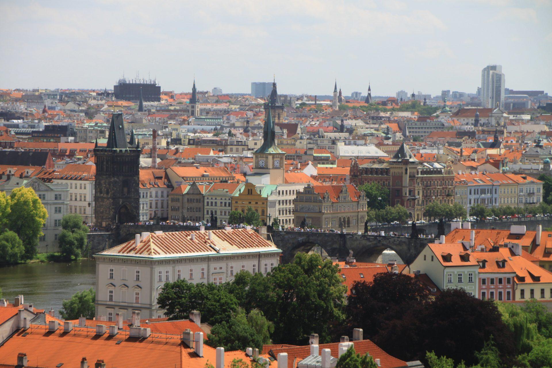 Вид на Карлов мост и город, Прага, Чехия. Июль, 2012