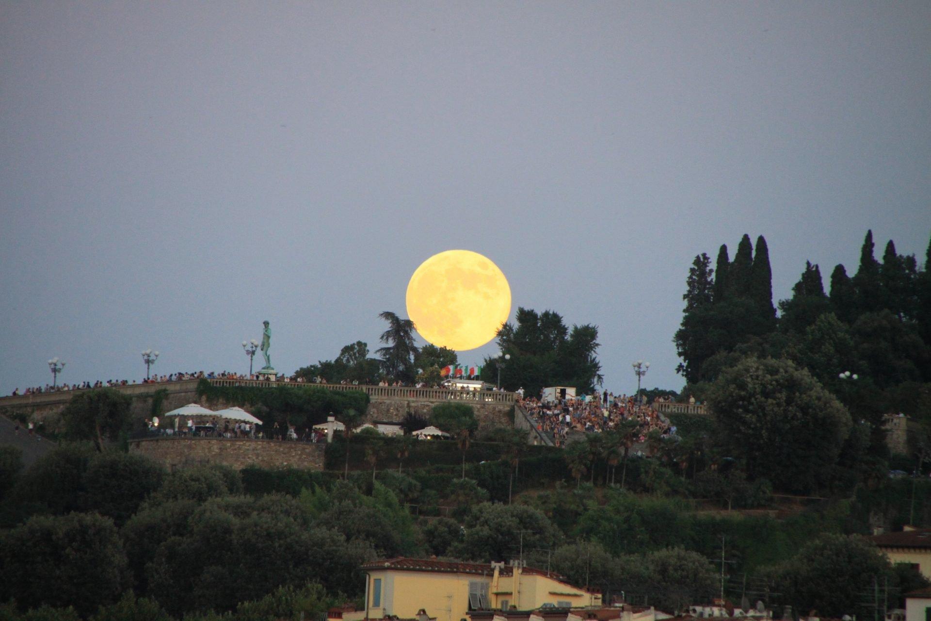 Луна и площадь Микеланджело, Флоренция, Италия. Июль, 2012