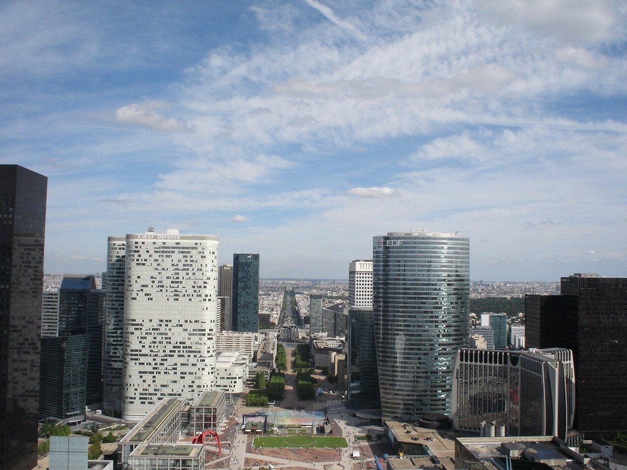 Вид на город с крыши Большой Арки Дефанс, Париж, Франция. Июль, 2006
