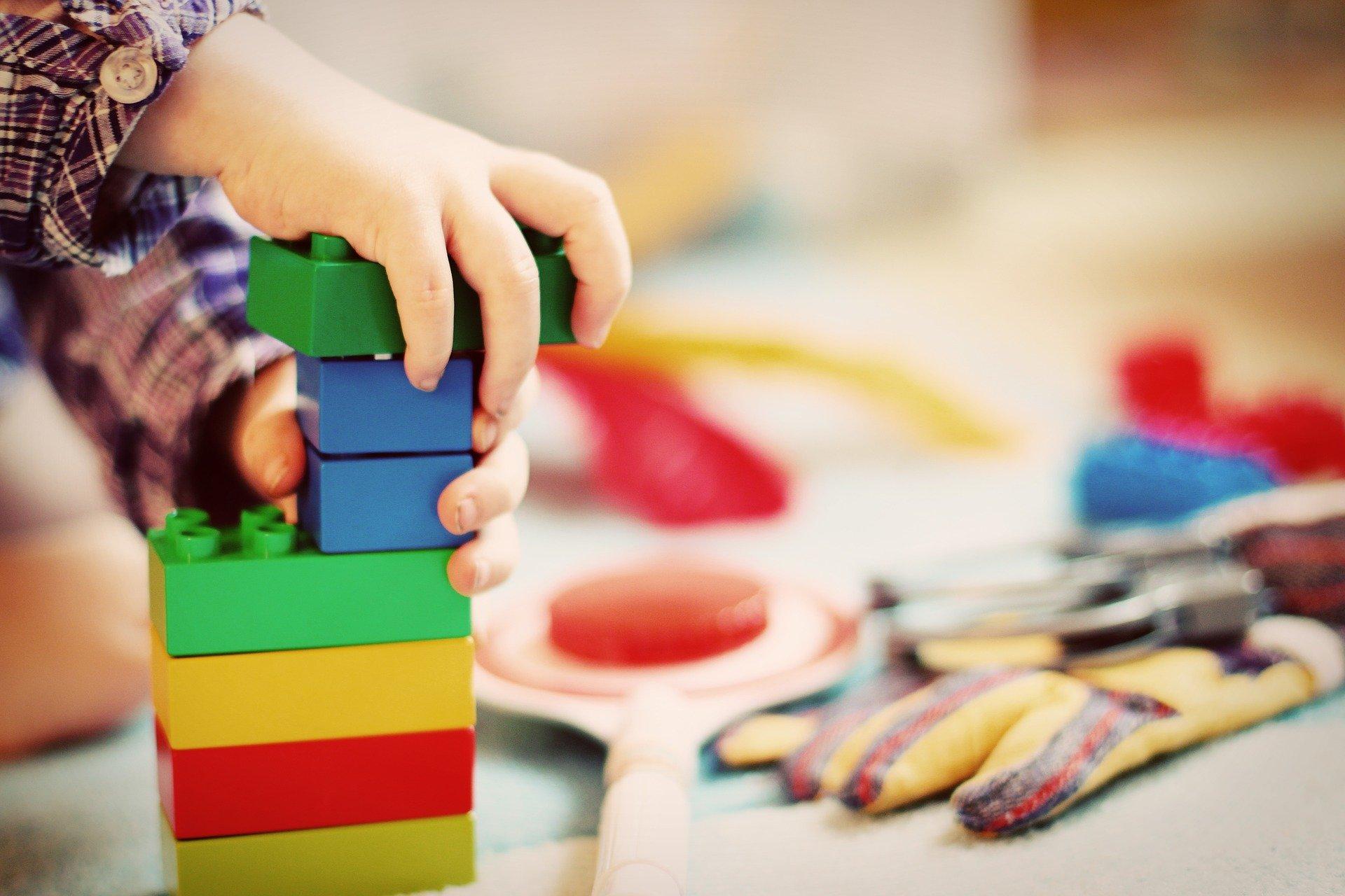 СМИ Австрии: близнецов не взяли в частный детский сад из-за того, что их родители — гей-пара.