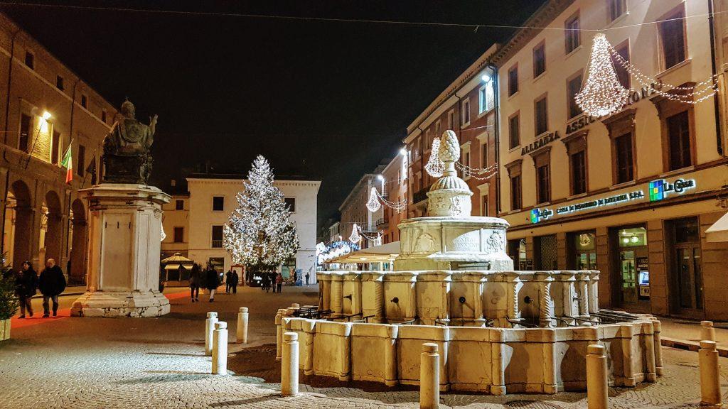 Площадь Кавур, Римини, Италия. Декабрь, 2018