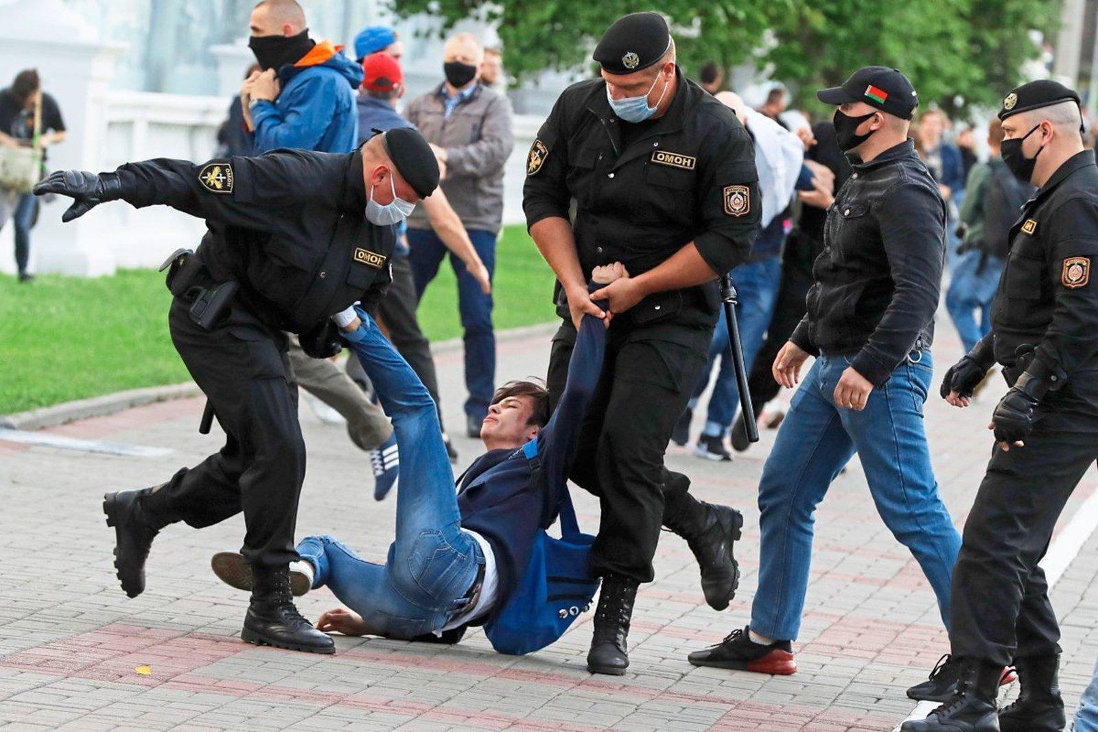 Милиция применила силу на демонстрациях в Беларуси. Задержанным грозят длительные сроки.